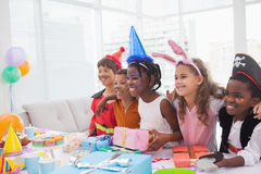 Lyckliga barn på maskeradkläderfödelsedagpartiet Royaltyfri Fotografi