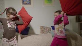 Lyckliga barn slåss med kuddar arkivfilmer