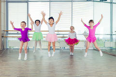 Lyckliga barn som dansar på i korridoren, sunt liv, kid& x27; togethern s Arkivfoto