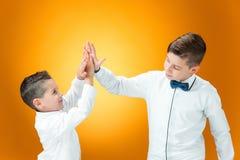 Lyckliga barn som förbi gratulerar, gömma i handflatan med segern Arkivfoto