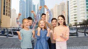 Lyckliga barn som firar seger Arkivbild