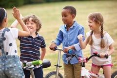 Lyckliga barn som gör ett högt tecken fem arkivfoton
