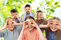 Lyckliga barn som gör framsidor och har gyckel Fotografering för Bildbyråer