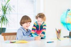 Lyckliga barn som gör läxa Royaltyfri Fotografi