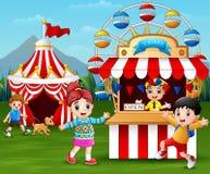 Lyckliga barn som har gyckel i nöjesfältet royaltyfri illustrationer