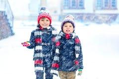 Lyckliga barn som har gyckel med insnöad vinter royaltyfri fotografi