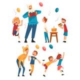 Lyckliga barn som har gyckel med tecknaren på födelsedagpartiet, underhållare i festliga dräkter som utför och spelar med stock illustrationer