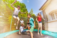 Lyckliga barn som hoppar på den utomhus- trampolinen arkivfoton