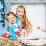 Lyckliga barn som kramar och Nytt år för begrepp, glad jul, H arkivbilder