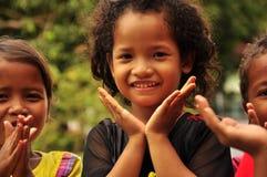 Lyckliga barn som leker med deras, räcker. Arkivbilder