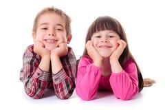 Lyckliga barn som ligger på vit Royaltyfri Fotografi