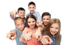 Lyckliga barn som pekar fingret till dig Royaltyfri Bild