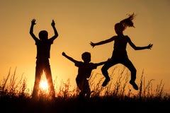 Lyckliga barn som spelar i parkera Royaltyfri Fotografi