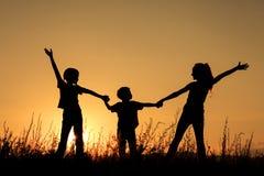 Lyckliga barn som spelar i parkera Arkivfoton