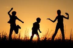 Lyckliga barn som spelar i parkera Royaltyfria Foton