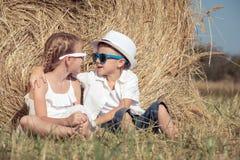 Lyckliga barn som spelar i parkera på dagtiden Royaltyfria Bilder