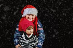 Lyckliga barn som spelar med snöflingor på vinter, går Arkivfoto