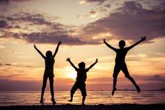 Lyckliga barn som spelar på stranden Arkivbilder