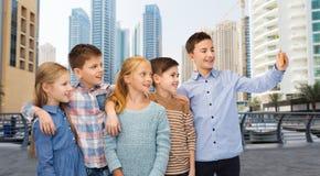 Lyckliga barn som talar selfie vid smartphonen Arkivfoto