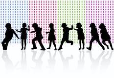 Lyckliga barn som tillsammans dansar vektor illustrationer