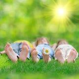 Lyckliga barn som utomhus spelar Arkivbild