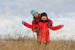 Lyckliga barn tillsammans utomhus i vinter. Royaltyfria Bilder