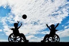 Lyckliga barnhandikapp i rullstollek klumpa ihop sig dag Arkivfoton