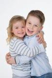 Lyckliga barnpar Fotografering för Bildbyråer