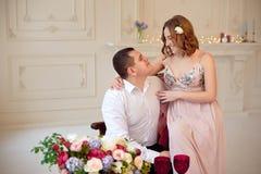 Lyckliga barnpar har ett datum i stort vitt rum med den barocka stilinre Royaltyfria Foton