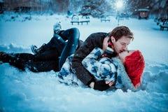 Lyckliga barnpar i vinter parkerar Arkivbild