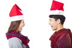 Lyckliga barnpar med julkläder Arkivbild