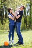 Lyckliga barnpar och hund Arkivfoton