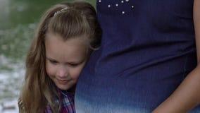 Lyckliga barnpar som förväntar, behandla som ett barn lager videofilmer