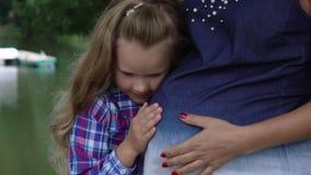 Lyckliga barnpar som förväntar, behandla som ett barn stock video