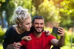 Lyckliga barnpar som gör selfie på naturen Arkivfoto
