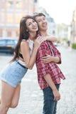 Lyckliga barnpar som skrattar i staden Love Story serie Arkivfoton