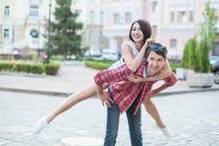 Lyckliga barnpar som skrattar i staden Love Story serie Royaltyfri Bild