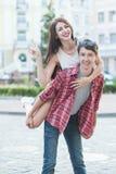 Lyckliga barnpar som skrattar i staden Love Story serie Arkivfoto