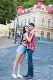 Lyckliga barnpar som skrattar i staden Love Story serie Royaltyfria Bilder