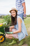 Lyckliga barnpar som tillsammans arbeta i trädgården Arkivfoto