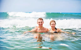 Lyckliga barnpar som tycker om havet royaltyfri foto