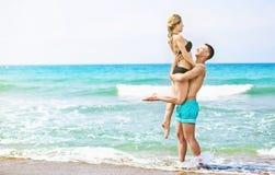 Lyckliga barnpar som tycker om havet arkivbild