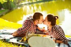 Lyckliga barnpar som tycker om picknicken tonad bild arkivbilder