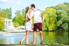 Lyckliga barnpar som tycker om semester på sjön Royaltyfri Bild