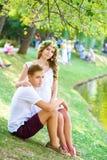 Lyckliga barnpar som tycker om semester på sjön Royaltyfri Foto