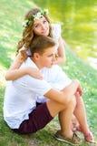 Lyckliga barnpar som tycker om semester på sjön Royaltyfri Fotografi