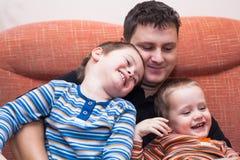 Lyckliga barnpojkar och pappa Royaltyfria Bilder