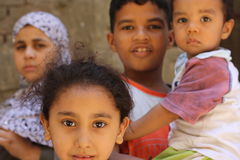 Lyckliga barnpojkar som leker i gatan i giza, egypt Royaltyfri Bild