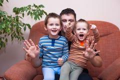 Lyckliga barnpojkar som skrattar med pappa Royaltyfria Foton