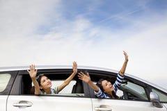 lyckliga bilflickor Arkivbild